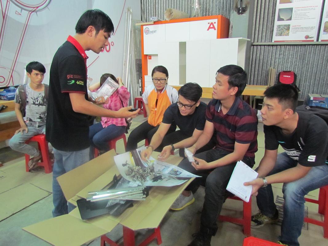 Bộ phận huấn luyện đang giải thích về các phụ kiện cho thí sinh trong chuyến tham quan nhà xưởng Häfele