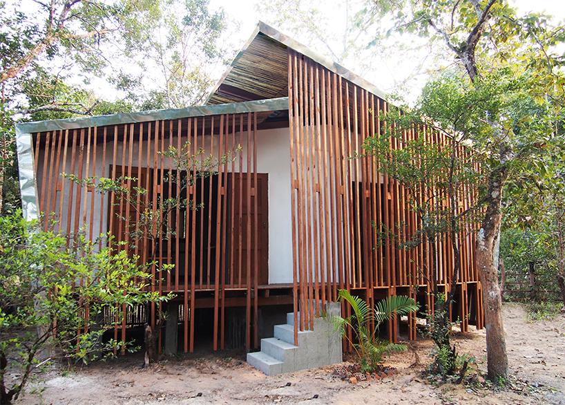 Mái nhà được thiết kế kéo dài song song xuống mặt đất