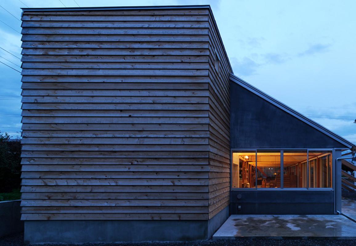 Mặt bên công trình được phủ bởi lớp gỗ, phía bên trong là không gian kín đáo của phòng ngủ