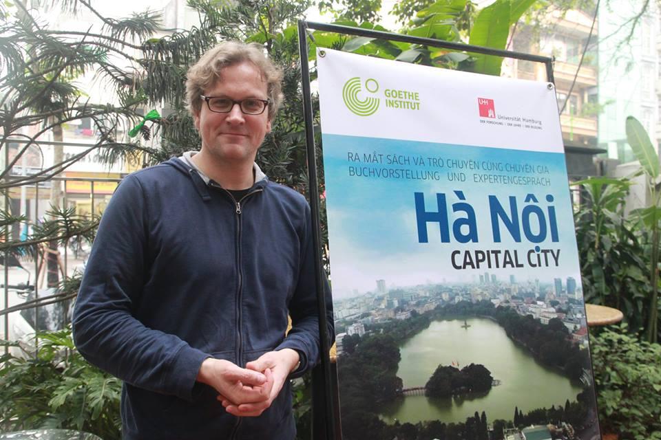 TS. Michael Waibel và cuốn sách Hà Nội:Capital City (Hà Nội: thành phố thủ đô). Ảnh: Facebook nhân vật