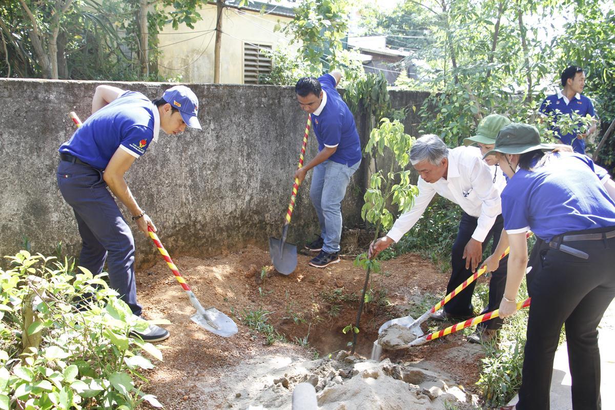 Ông Lê Đức Trọng-giám đốc nhãn hàng sơn Spec khu vực phía Nam cùng MC DV Quyền Linh và thầy cô trong trường trồng cây xanh tại trường tiểu học Phan Bội Châu.