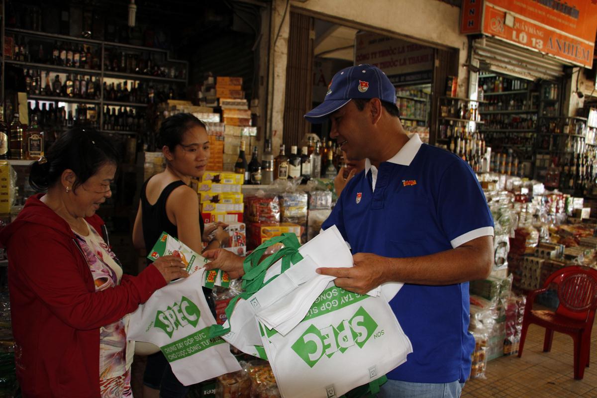 Đại sứ chương trình- MC DV Quyền Linh phát túi sinh học cho người dân dùng đi chợ thay thế túi nilon khu vực chợ Đông Hà.