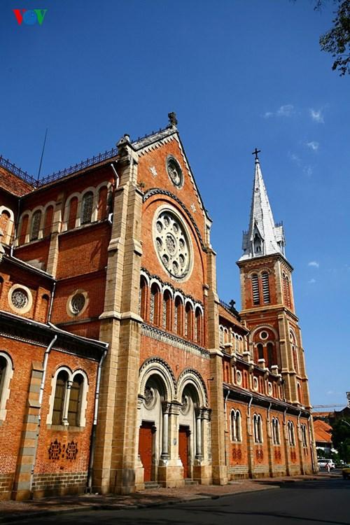 Nhà thờ - một kiến trúc đi cùng một loại hình tôn giáo mới đã được các nhà truyền giáo du nhập vào nước ta từ thế kỷ 16
