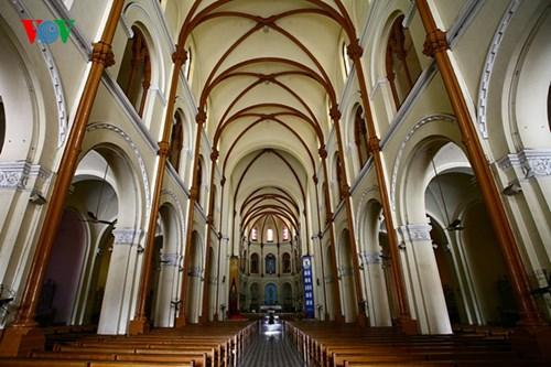 Không gian phía trong nhà thờ