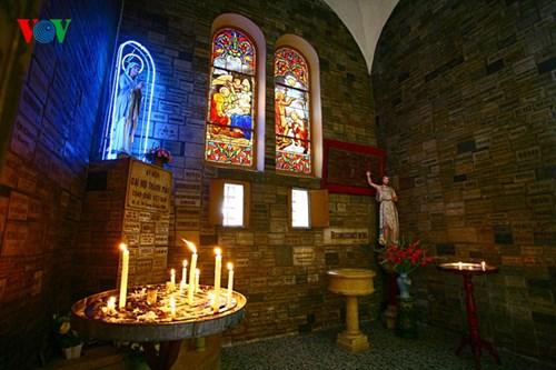 Một góc Thánh đường là nơi đặt ban thờ Thánh, với những ô cửa kính màu