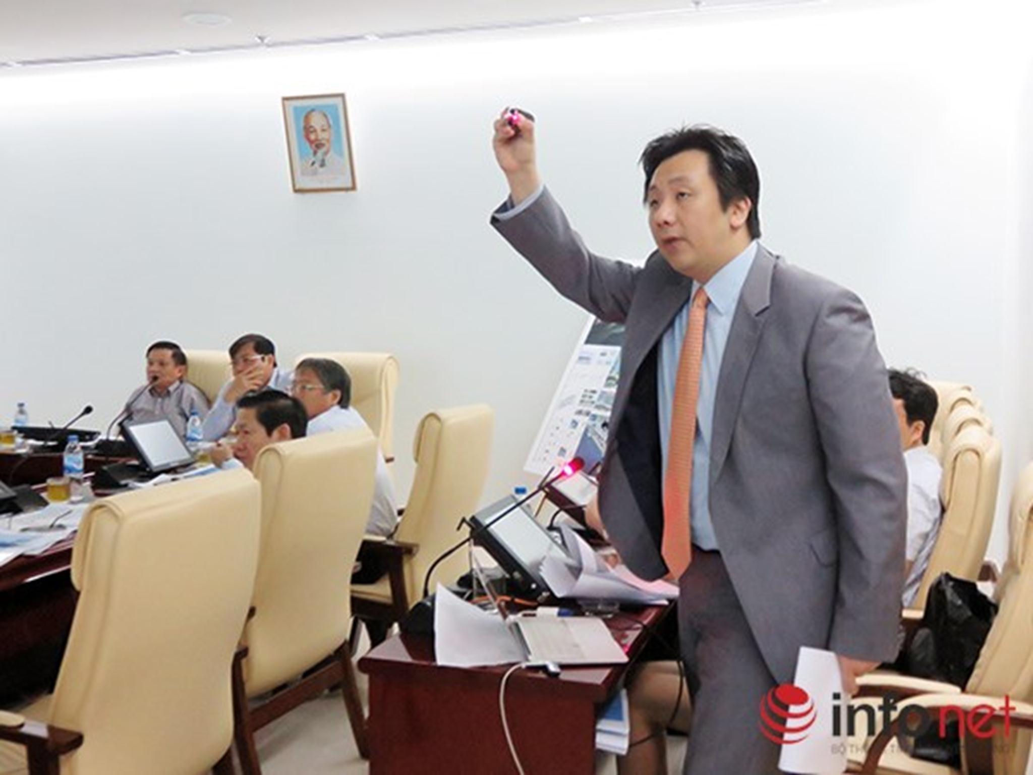 nghe ông Do Yeon Kim, Giám đốc điều hành Công ty tư vấn thiết kế JINA (Hàn Quốc) trình bày quy hoạch tổng thể khu vực ven sông Hàn và cảng Sông Hàn (Ảnh: HC)  Xem thêm tại : http://www.danang43.com/da-nang-lay-y-kien-gioi-chuyen-mon-va-nguoi-dan-ve-quy-hoach-song-han-p4451.html