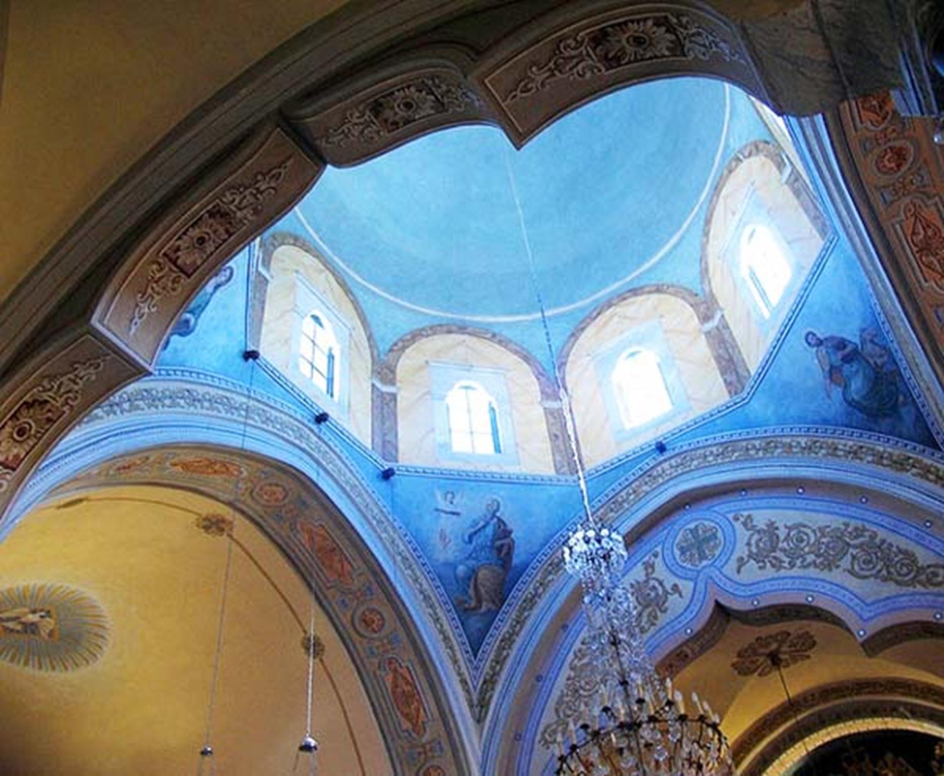 Bên trong mái vòm nhà thờ ở Santorini.