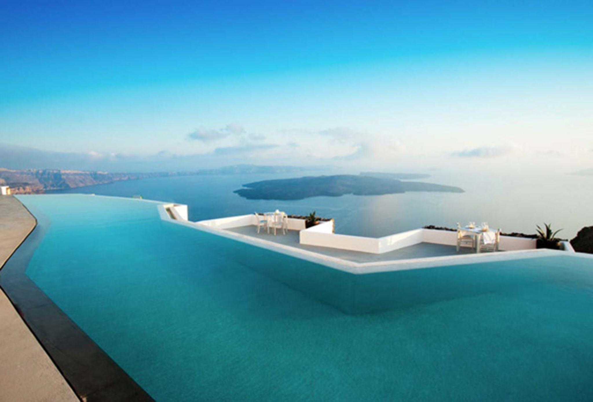 Địa thế tuyệt vời này được tận dụng tối đa để xây dựng các hồ bơi, hồ nước nóng, quán bar trên cao với hướng nhìn độc đáo ra biển.
