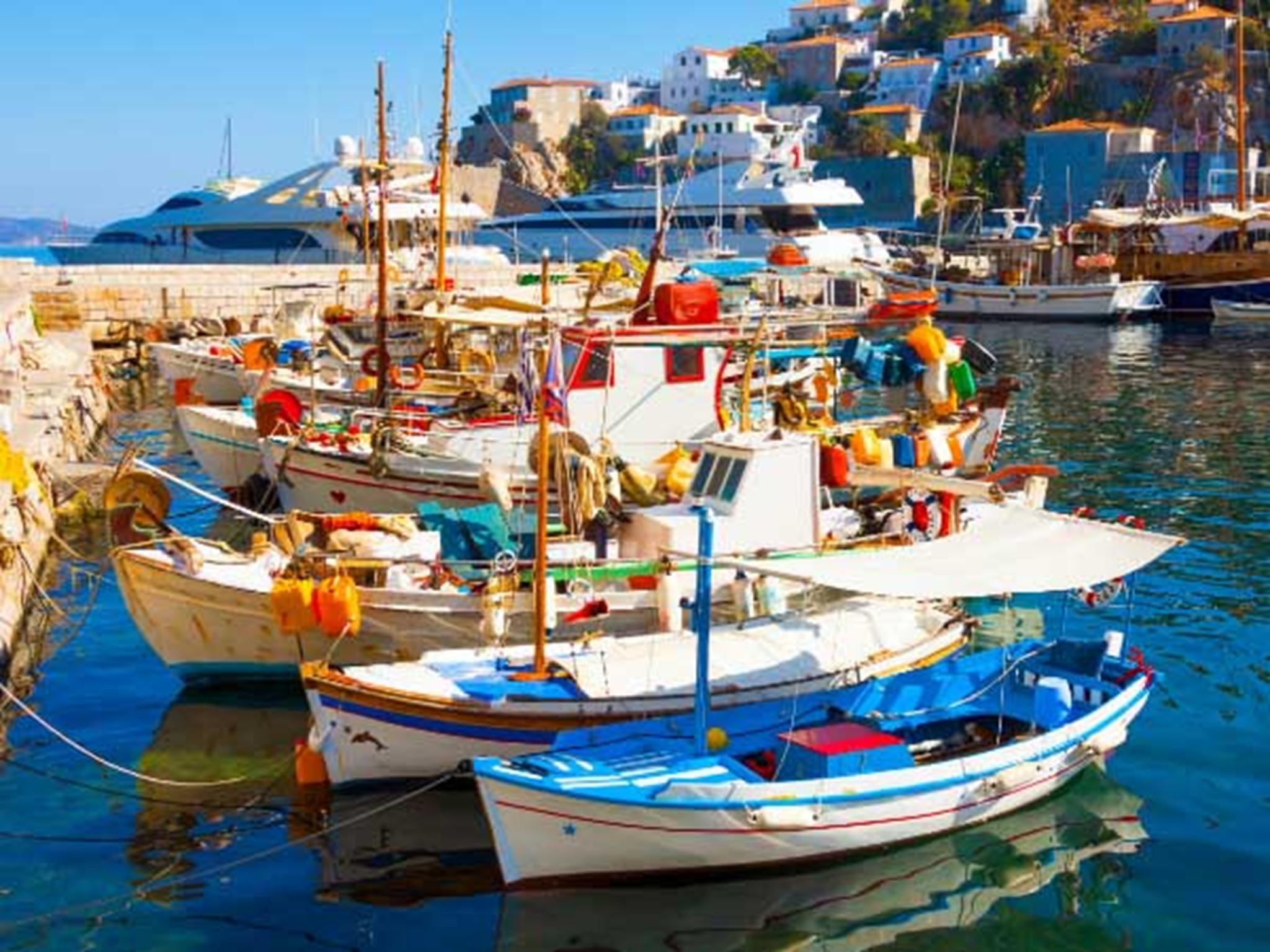 Những con thuyền đủ màu sắc với gam màu trắng chủ đạo.