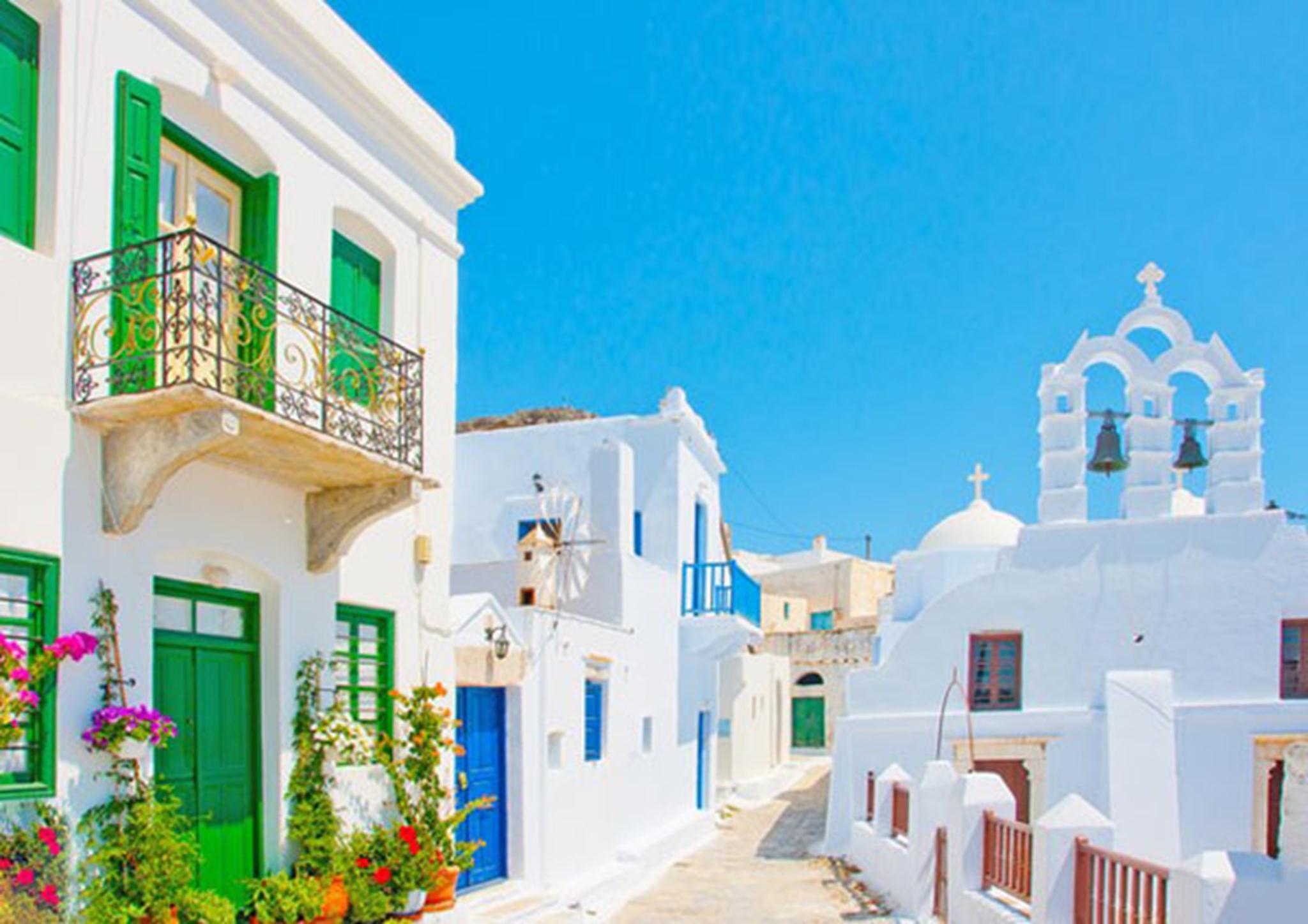 Một số màu sắc cơ bản như cam, đỏ, tím, vàng, xanh lá trên cửa sổ và mái hiên tạo chút biến tấu khác biệt của từng ngôi nhà.