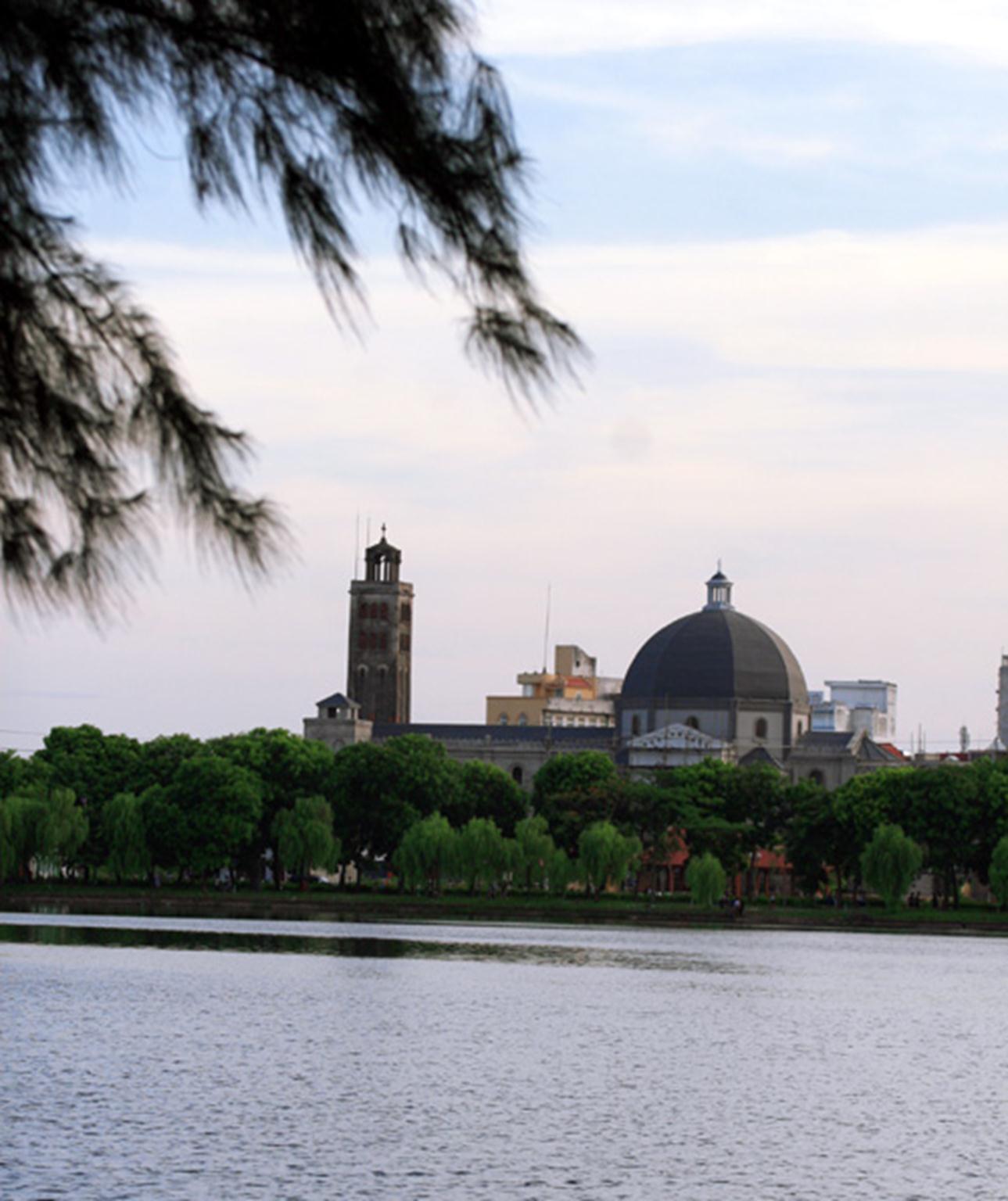 Nhà thờ trầm mặc và duyên dáng soi bóng bên bờ hồ Vị Xuyên êm đềm phẳng lặng. Hình ảnh này từ lâu đã đi sâu vào ký ức của biết bao thế hệ người Nam Định và trở thành một biểu tượng của Thành Nam.