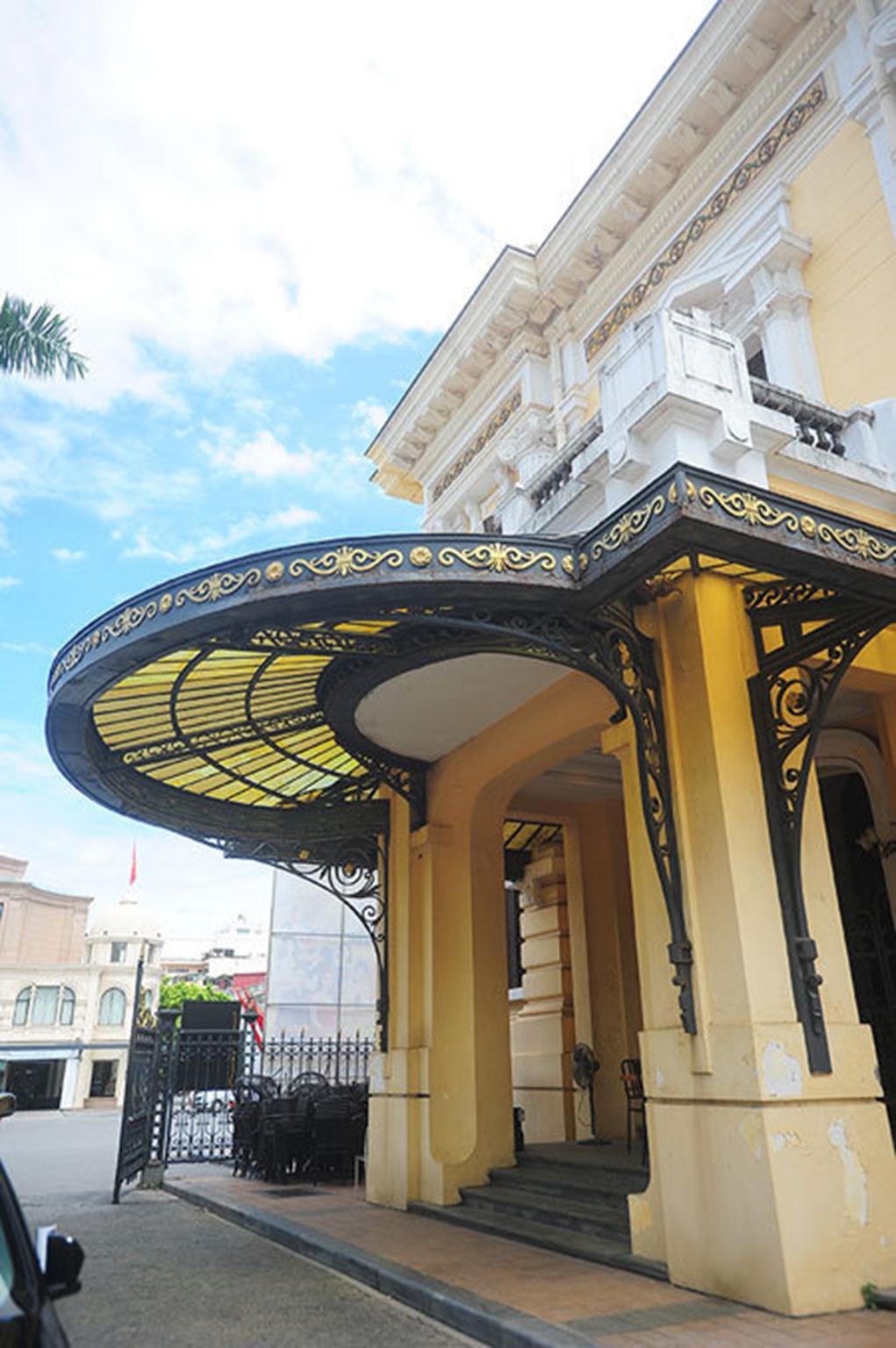 Theo GS Kính, lần đầu trùng tu có sự chỉ đạo của Thủ tướng Võ Văn Kiệt và Bộ trưởng Văn hoá Thông tin Nguyễn Khoa Điềm dù Nhà hát Lớn chưa được công nhận Di tích quốc gia. Nhiều chuyên gia Pháp cũng sang tận nơi trực tiếp tham gia vào dự án.