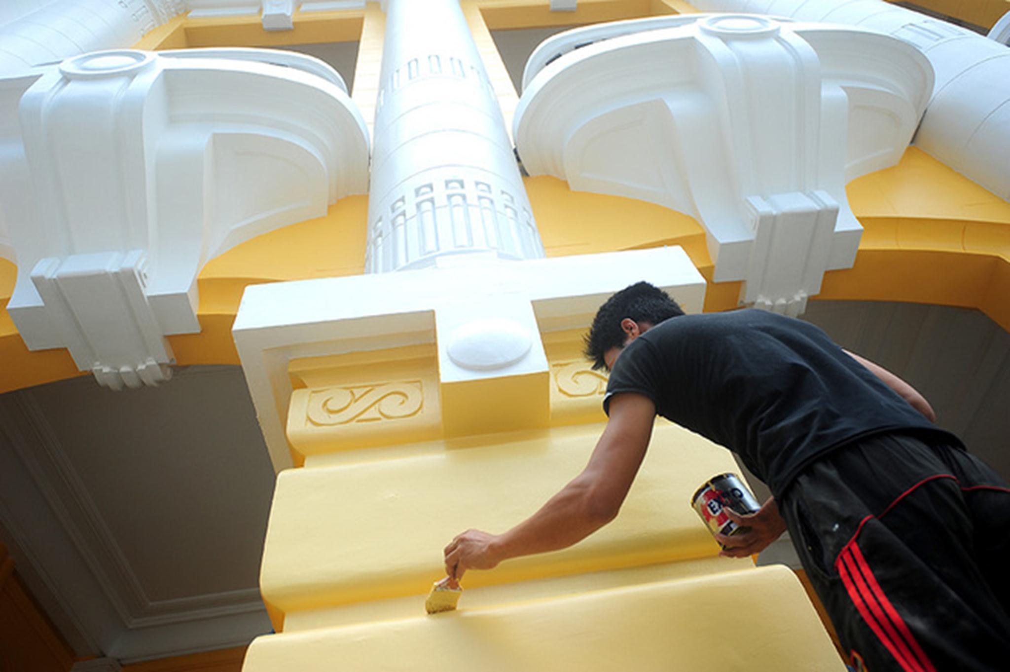 Trao đổi với VnExpress, bà Nguyễn Thị Minh Nguyệt, Giám đốc Nhà hát Lớn, cho biết nhà hát đang trong thời gian sửa chữa, chưa hoàn thiện. Màu sơn mặt tiền sẽ còn phải sơn tiếp. Việc tu sửa đã xin phép cơ quan chức năng.