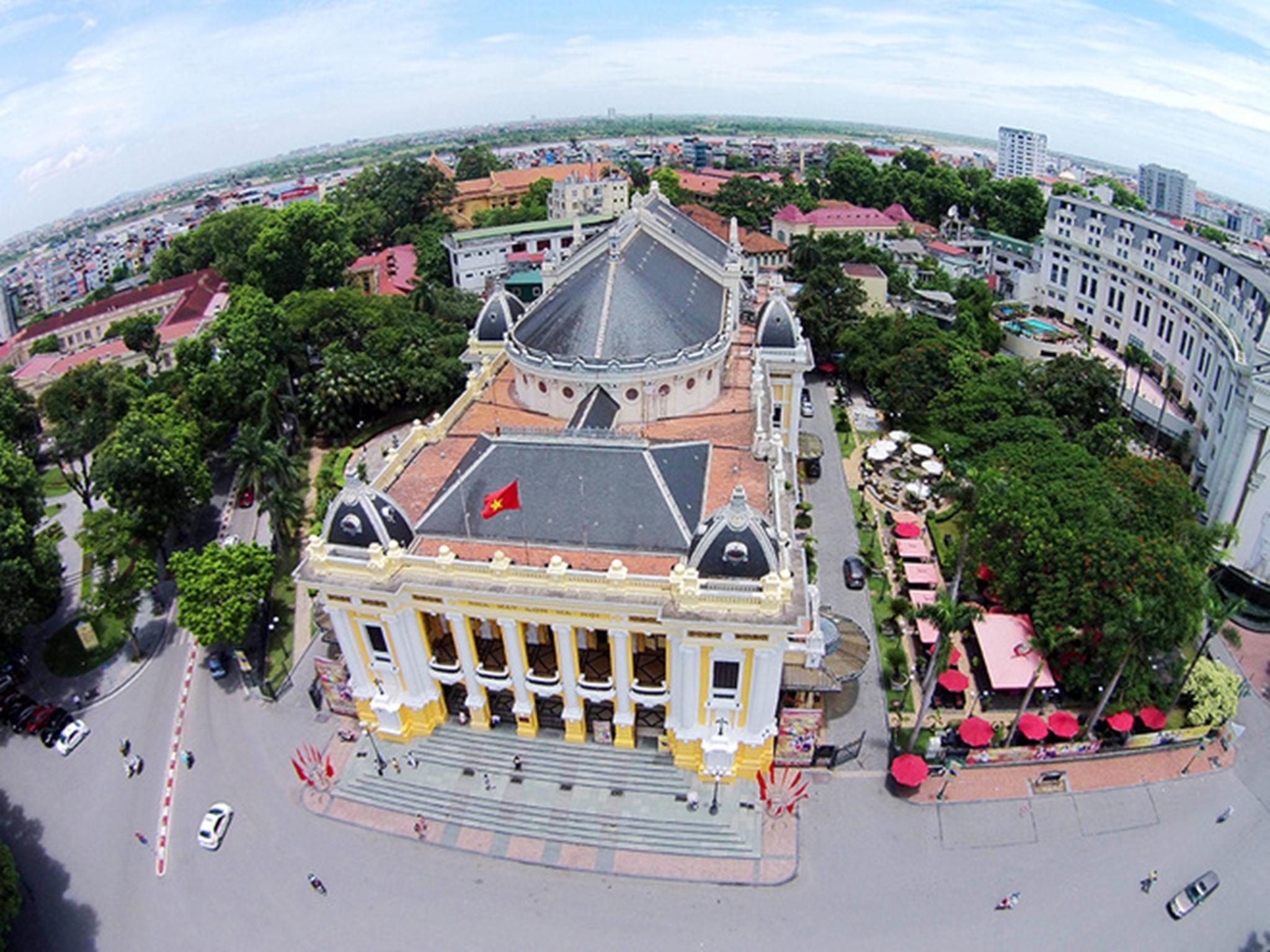Tọa lạc trên phố Tràng Tiền, Nhà hát Lớn Hà Nội là điểm nhấn của thủ đô. Khởi công năm 1901, công trình hoàn thành năm 1911 theo mẫu Nhà hát Opéra Garnier ở Paris (Pháp), nhưng tầm vóc nhỏ hơn và sử dụng các vật liệu phù hợp với điều kiện khí hậu địa phương. Hai kiến trúc sư người Pháp Harlay và Broyer đã thiết kế công trình này.