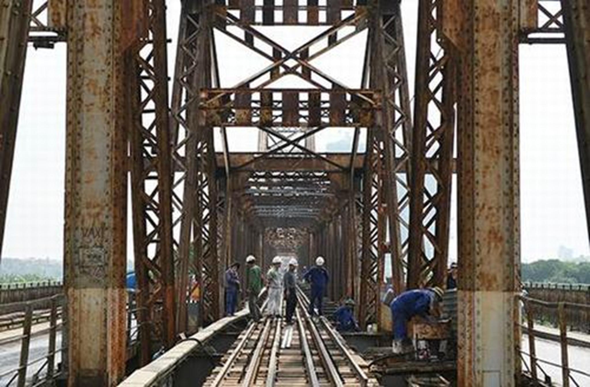Tồn tại đã hơn 110 năm cùng sự xuống cấp nghiêm trọng, dự án khôi phục quy mô lớn cầu Long Biên được khởi động từ tháng 4/2015.