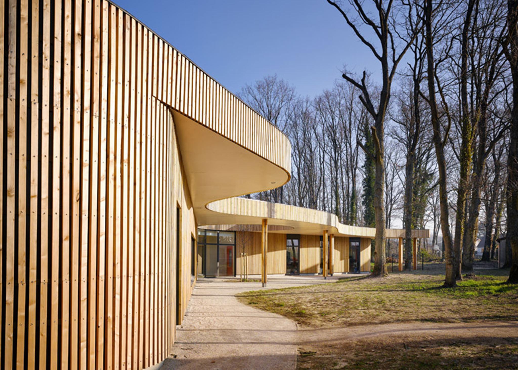 Những bức tường kính cao được kết hợp vào các bề mặt bằng gỗ, mang lại ánh sáng tự nhiên, cung cấp các khung hình tuyệt đẹp hướng ra cảnh quan.