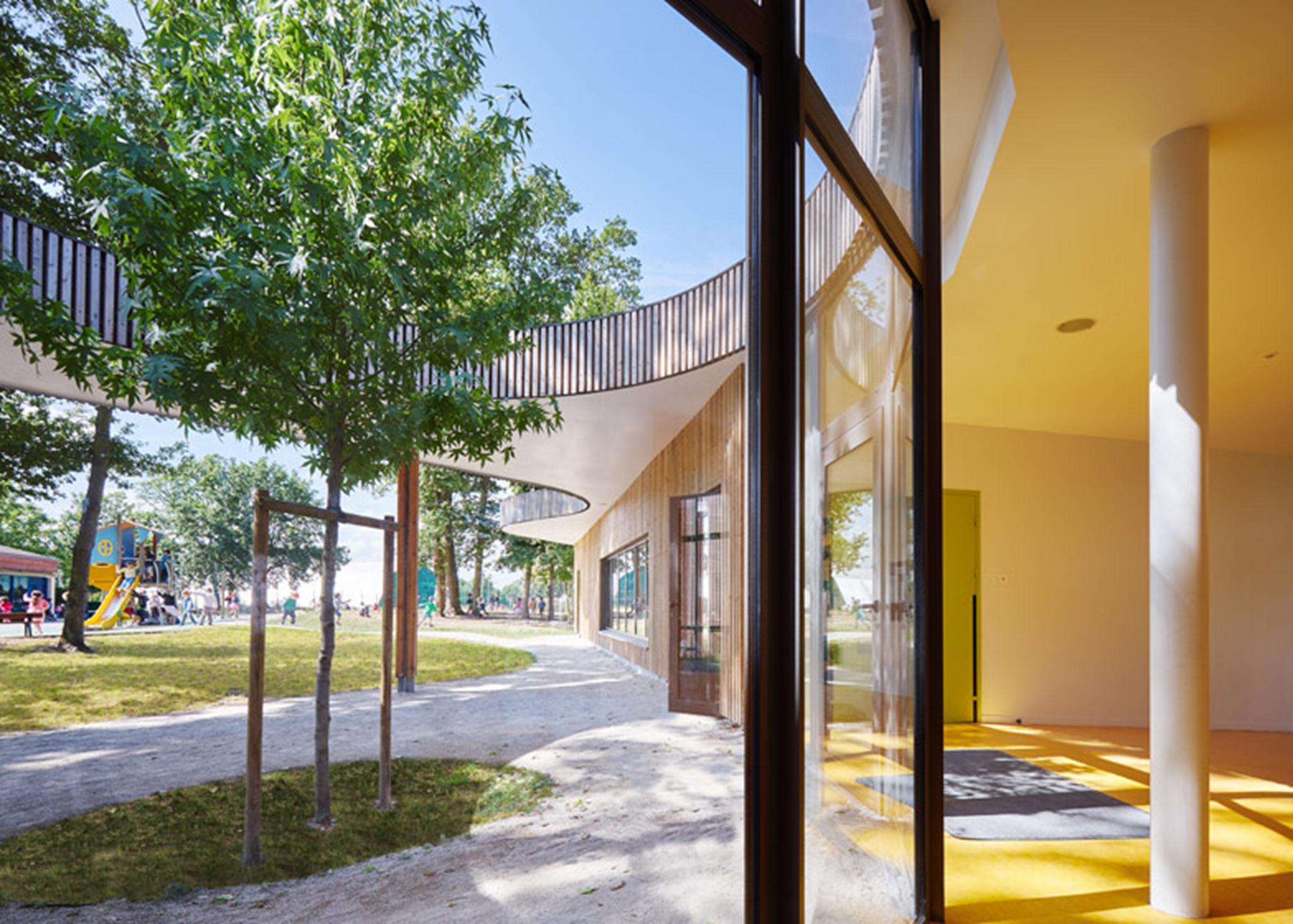 Dự án được xây dựng theo ba hướng. Các nút trung tâm chủ yếu được phủ kính và chứa các khu vực tiếp tân và khu vườn nhỏ.