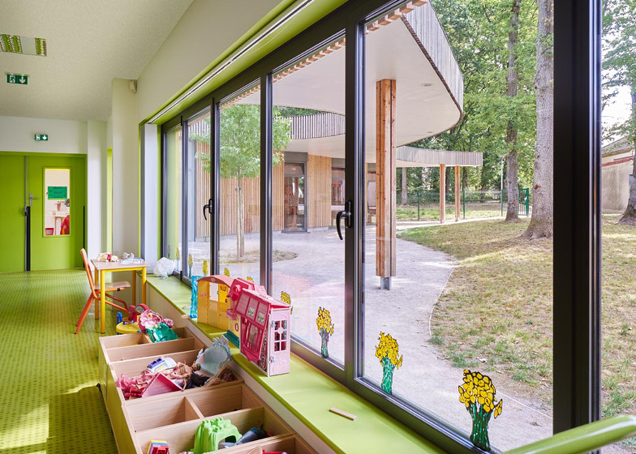 Theo các kiến trúc sư, các tấm ốp mỏng được sử dụng để tăng cường giao diện của mái nhà và để nhấn mạnh hình dạng cong của toàn bộ tòa nhà.