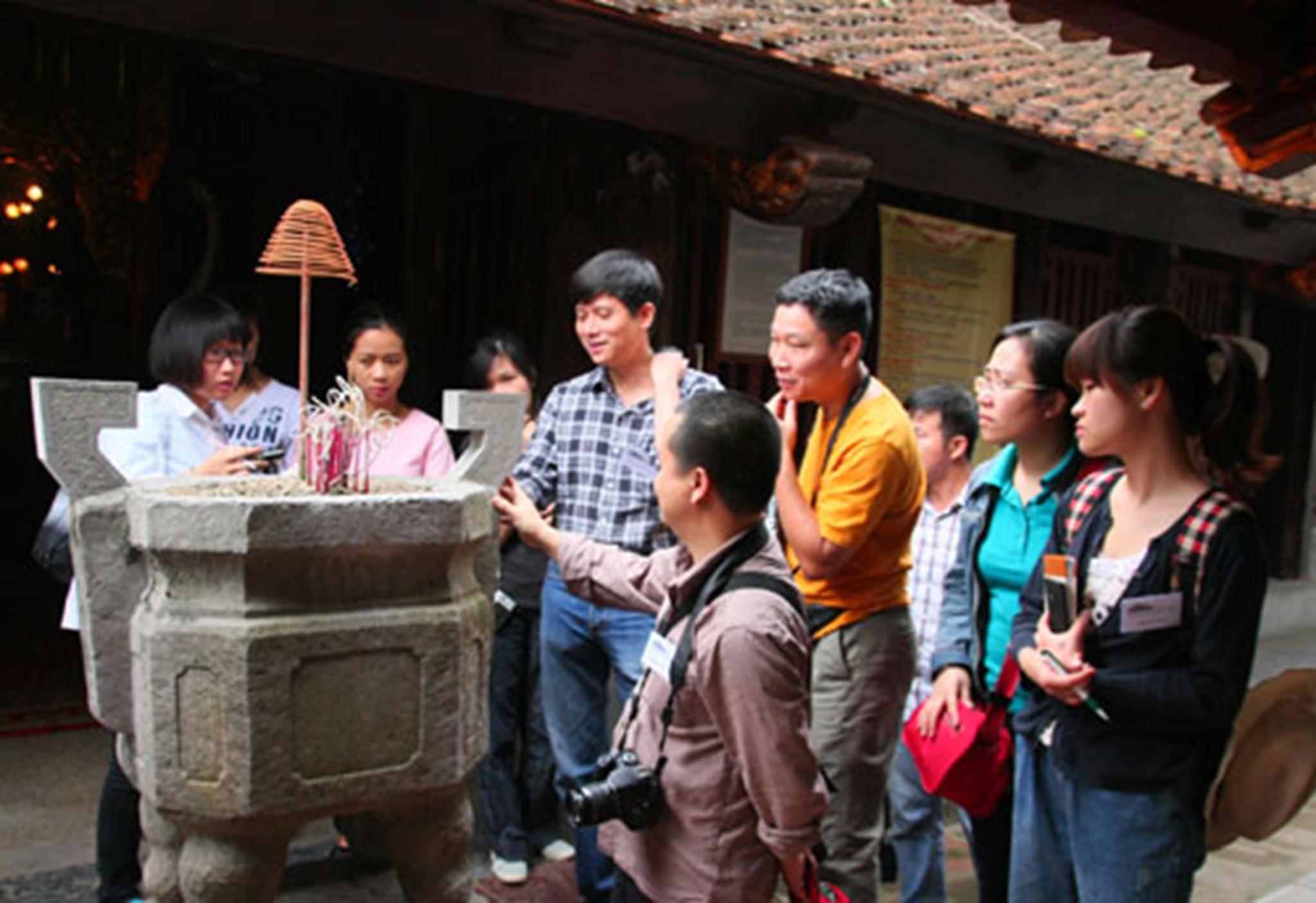CLB Đình Làng Việt tham quan đình Phù Lưu (Bắc Ninh). Ảnh: Nguyệt Ánh