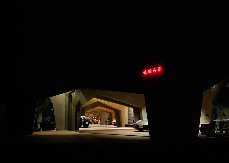 Tầng một của công trình là showroom ô tô