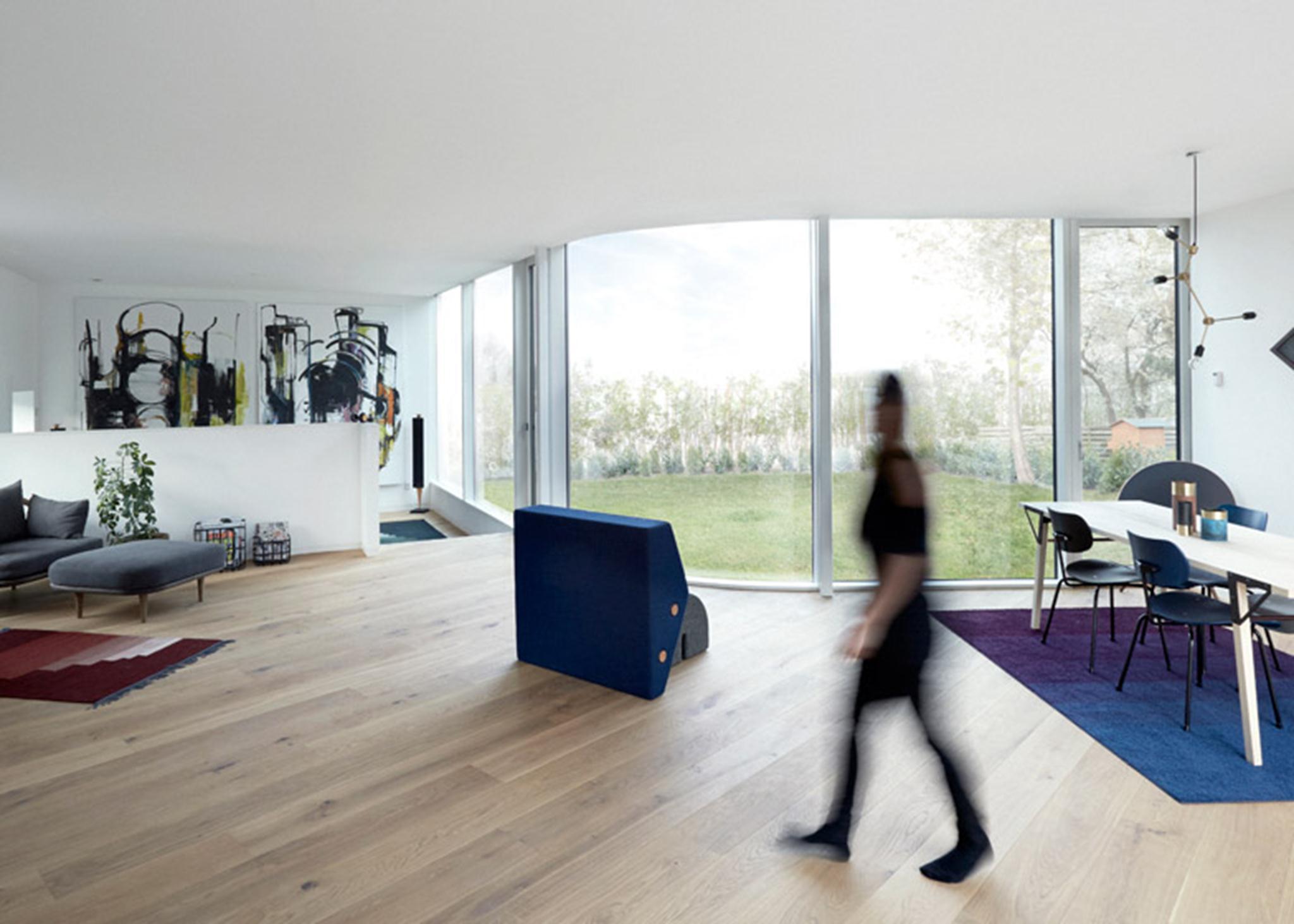 Các kiến trúc sư đã thiết kế linh hoạt ngôi nhà 136 m2 này với một cấu trúc hình chữ Y để tối đa hóa không gian công cộng và hướng điểm nhìn ra cảnh quan của sân và vườn. Thiết kế của ngôi nhà cũng giúp bảo vệ người cư ngụ khỏi sự ồn ào của đường cao tốc.