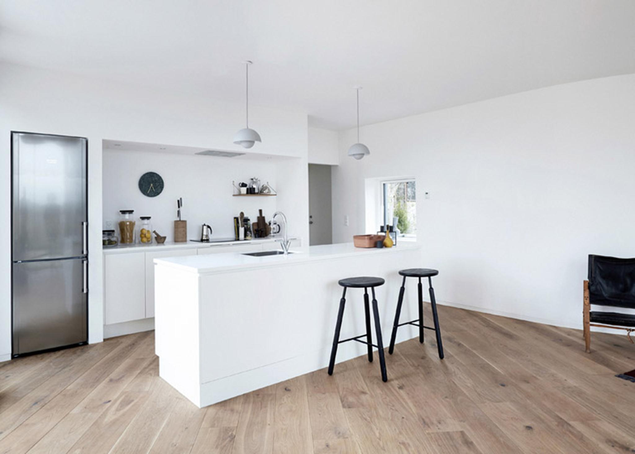 Ngôi nhà được thiết kế không có hành lang để tối đa hóa không gian bên trong. Phần lớn các không gian nội thất được dành cho việc sinh hoạt chung.