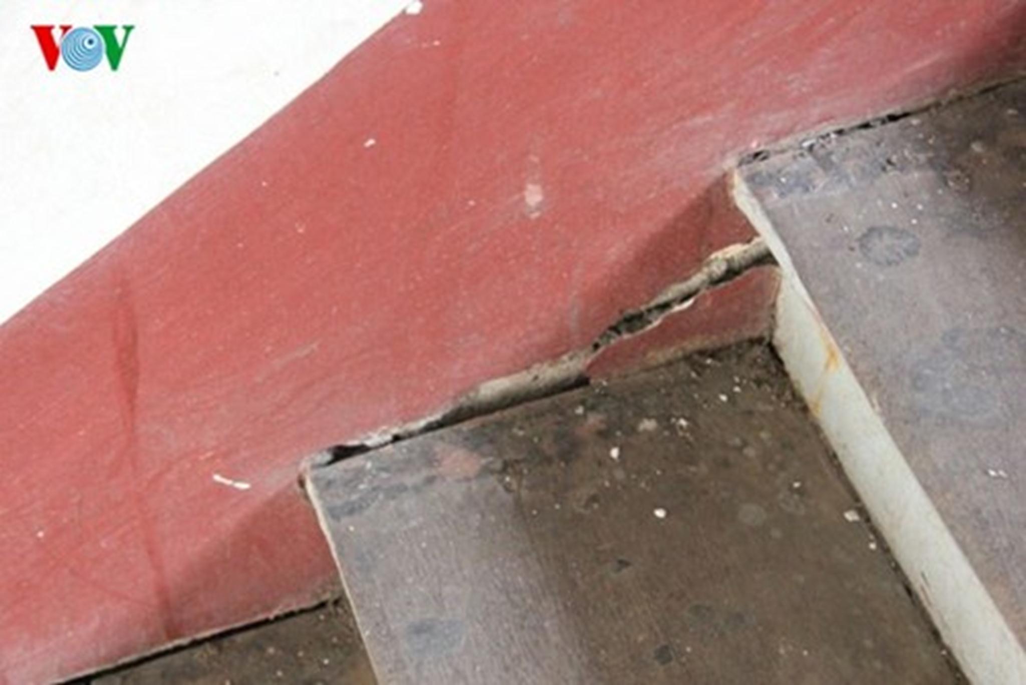 Phần cầu thang hư hại những theo TS.KTS Khuất Tân Hưng là không đáng lo ngại. Ảnh: Thanh Tùng.