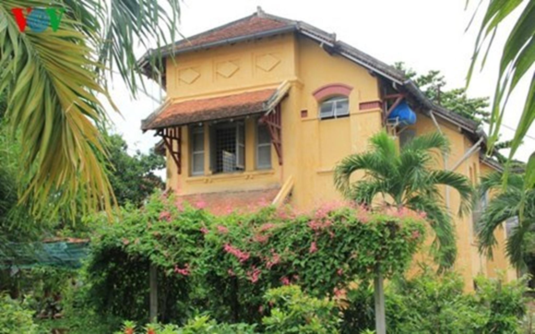Mộ góc của trường THPT Châu Văn Liêm gần 100 năm tuổi. Ảnh: Thanh Tùng.