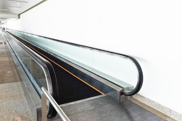 Hệ thống đường băng đi bộ tại cửa đi và cửa đến là thiết bị được sử dụng đầu tiên tại Việt Nam giúp hành khách không bị mỏi chân khi phải di chuyển một chặng dài trong sảnh