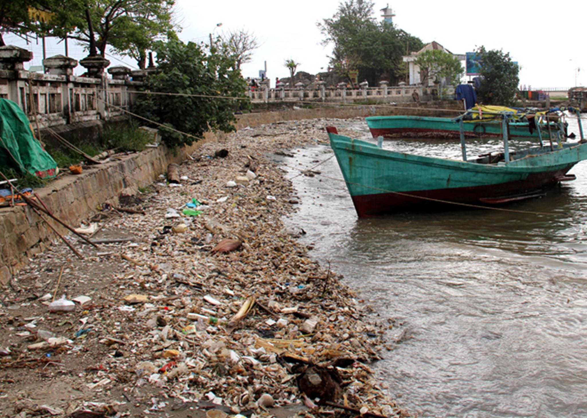 """Phú Quốc - được mệnh danh là """"đảo ngọc"""" của Việt Nam - có lượng du khách tăng cao theo từng năm. Tuy nhiên, tình trạng ô nhiễm môi trường ở đây cũng đáng báo động khi đến đâu người ta cũng thấy rác. Cạnh Khu di tích Dinh Cậu tại thị trấn Dương Đông, một bãi rác dạt vào bờ không được thu dọn, cách đó một con đường là bãi tắm."""