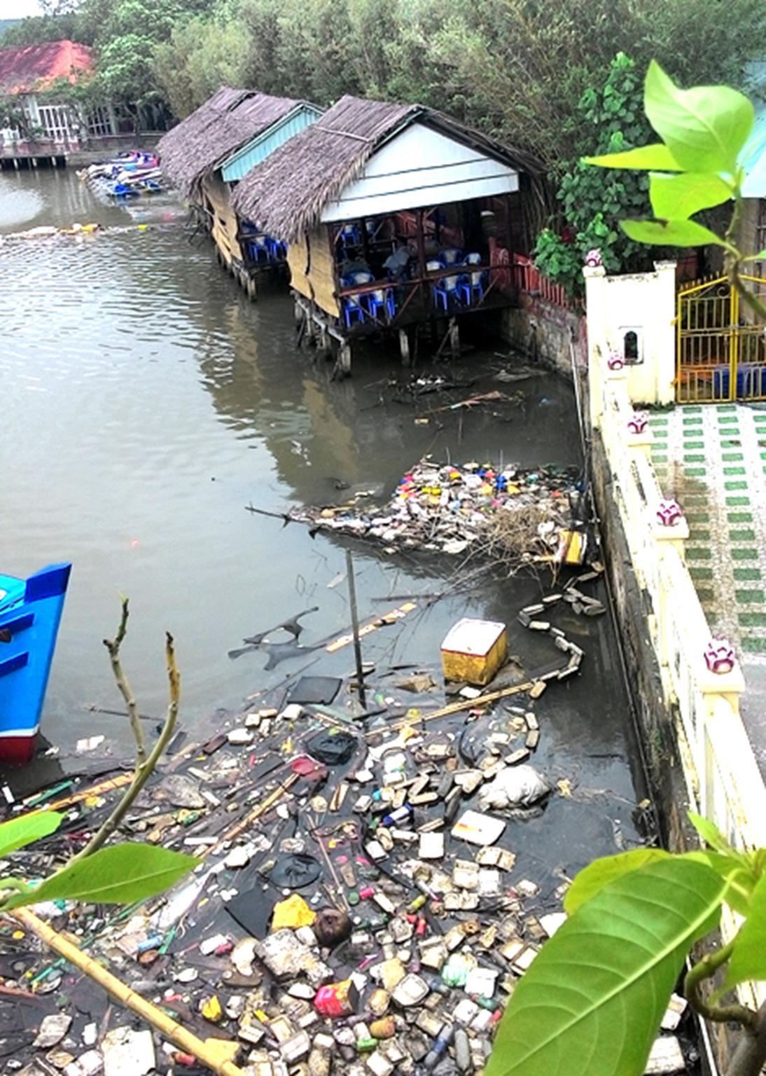 Các nhà hàng, quán ăn bên bờ sông Dương Đông cũng ngập rác.