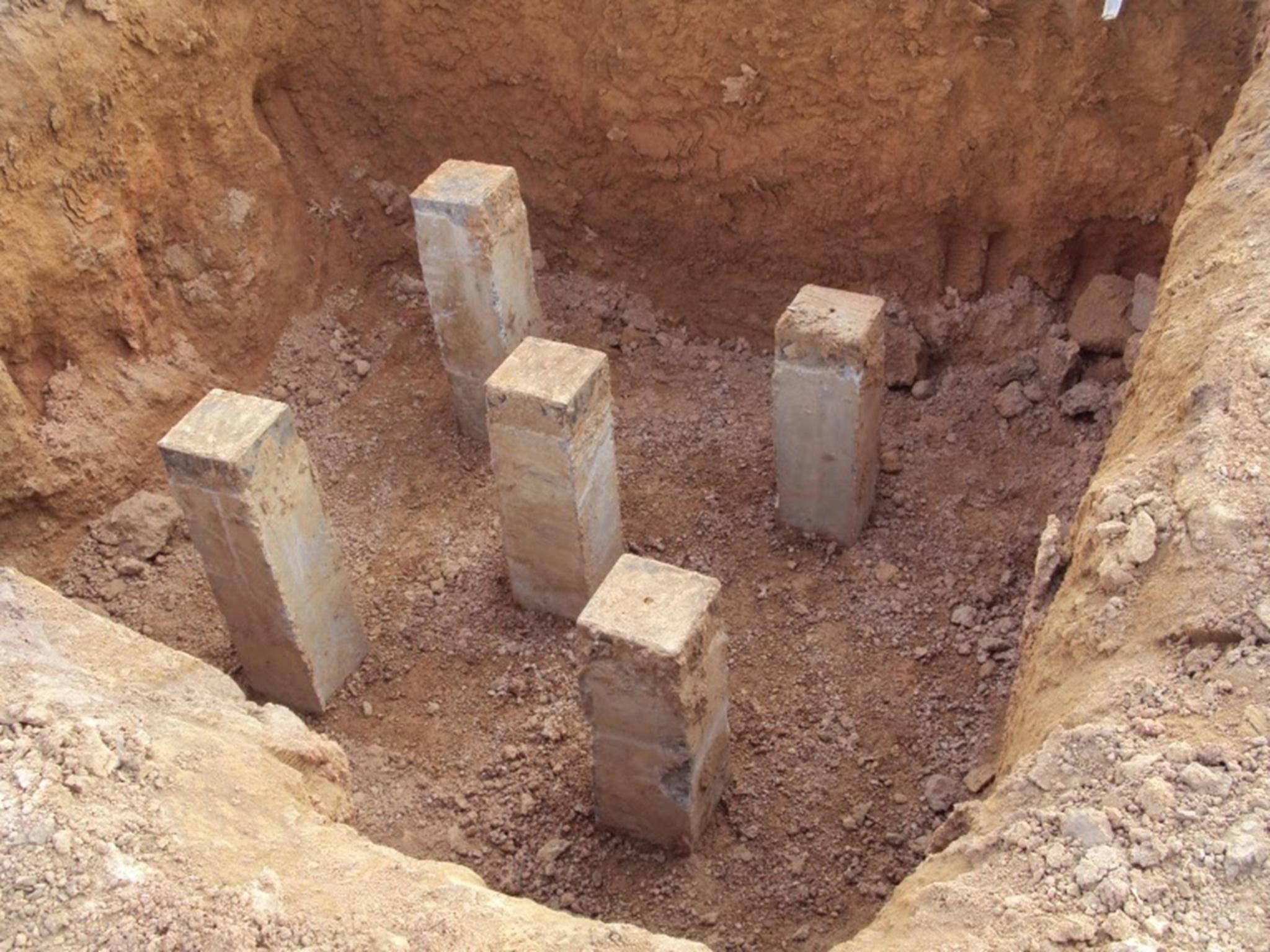 Cọc bê tông cốt thép được ép xuống nền đất