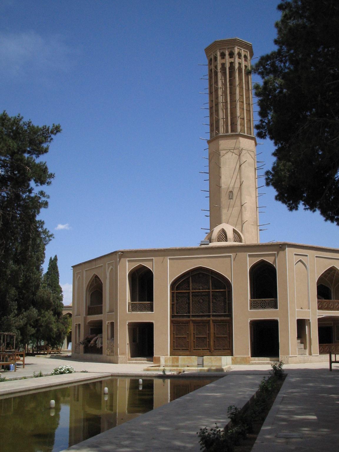 HỆ THỐNG LÀM MÁT TỰ ĐỘNG làm mát toà nhà ở thành phố Yazd, Iran: tháp đo gió, mái vòm và lỗ thông hơi. Tháp gió có tác dụng làm mát không khí bên ngoài và lưu thông gió trong toà nhà. (Hai đầu của xà gỗ dùng để gia cố công trình nhô ra khỏi toà tháp, hai đầu được đặt ở đó tạo giá đỡ cho giàn giáo để bảo quản toà tháp.) Mái vòm ở chân toà tháp có tác dụng giữ cho căn phòng dưới mái luôn mát mẻ. Kết cấu hẹp trên nóc mái vòm bao phủ lỗ thông hơi có vai trò giữ căn phòng phía dưới luôn luôn mát và duy trì sự lưu thông không khí trong ngôi nhà. Ba hệ thống giữ cho toà nhà dễ chịu trong suốt những tháng mùa hè.- Nguồn: Flickr.com