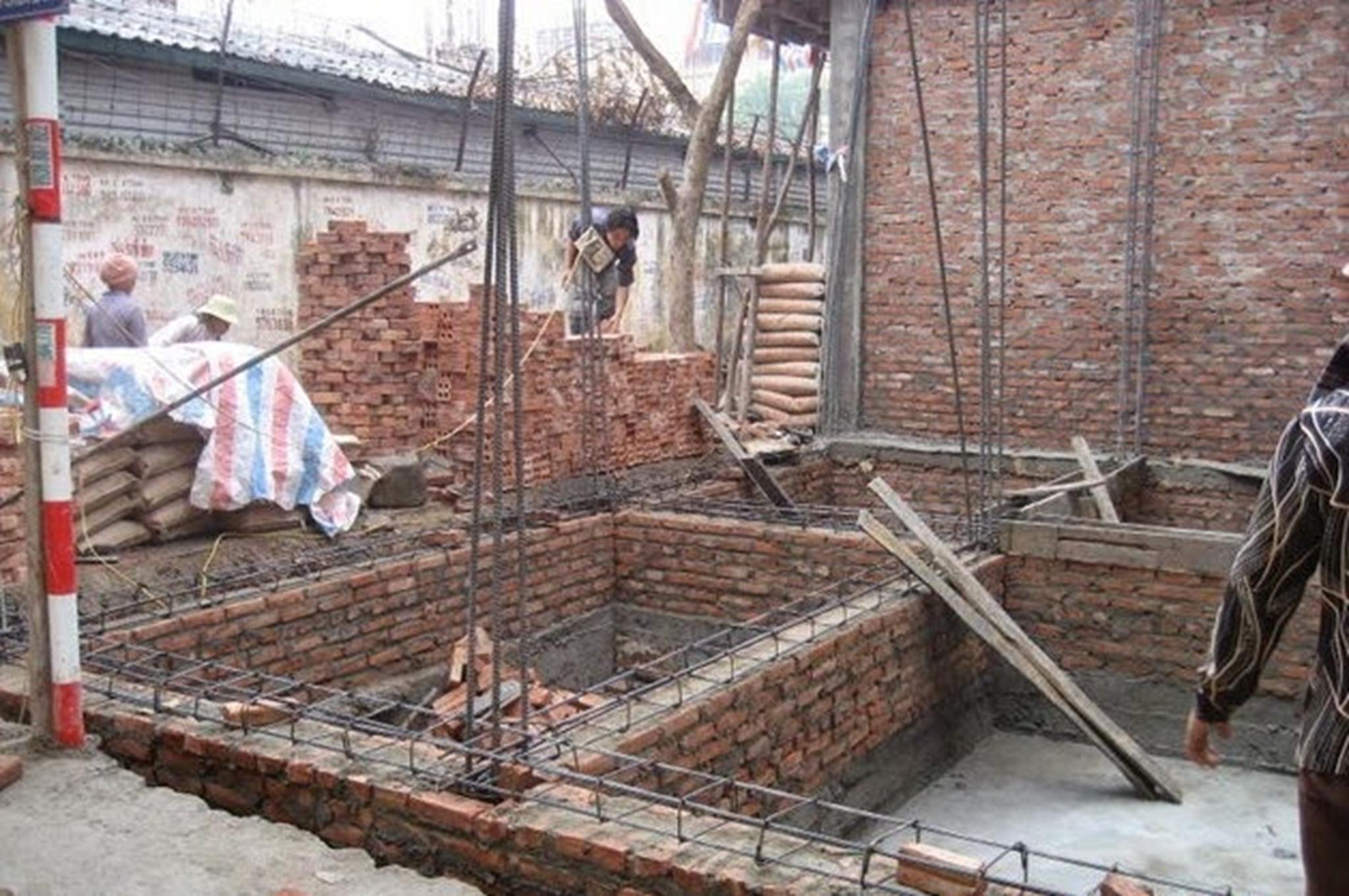Móng bè đã đổ xong và được xây tường móng