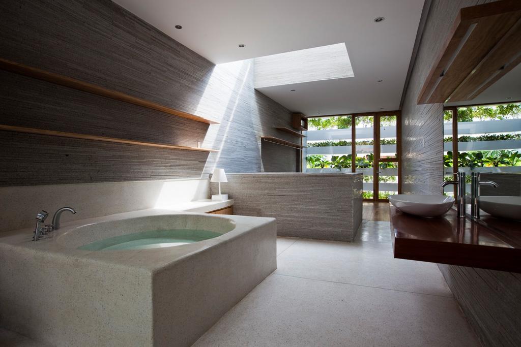 Stacking Green- kts Võ Trọng Nghĩa Ngăn cách giữa phòng tắm và phòng ngủ bằng một giếng thông sáng