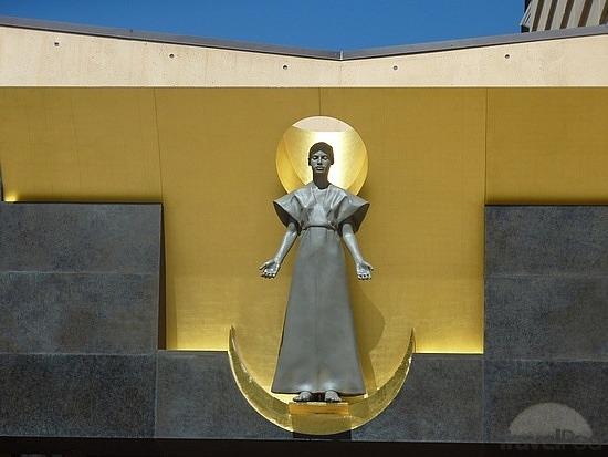 Tượng Đức mẹ Đồng trinh bên trên cổng