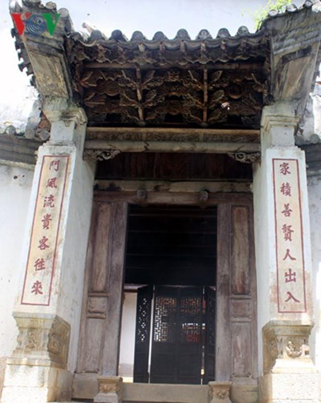 Nhà Vương được vua Mèo Vương Chính Đức cho mời những người thợ giỏi nhất ở vùng Vân Nam (Trung Quốc) về xây dựng, nên mang nhiều dấu ấn của kiến trúc Trung Hoa.
