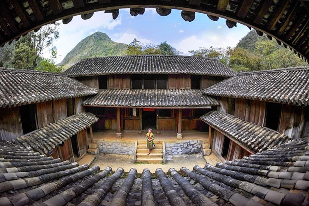 Vua Mèo đã cho xây dựng một khu tư dinh theo kiểu kiến trúc Trung Hoa cổ bao gồm hàng trăm toà ngang, dãy dọc quy mô, bề thế với nhiều công trình phụ trợ khác làm nổi bật lên nét vương giả giữa vùng cao nguyên.