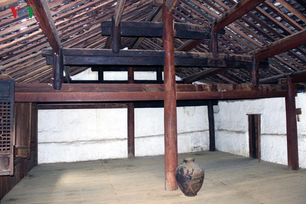 Vật liệu để xây dựng nhà gồm đá xẻ, gỗ lim, gỗ nghiến, nền nhà bằng đất, lợp ngói âm dương… kết cấu kiến trúc gồm hai tầng, sàn nhà được lát bằng gỗ.