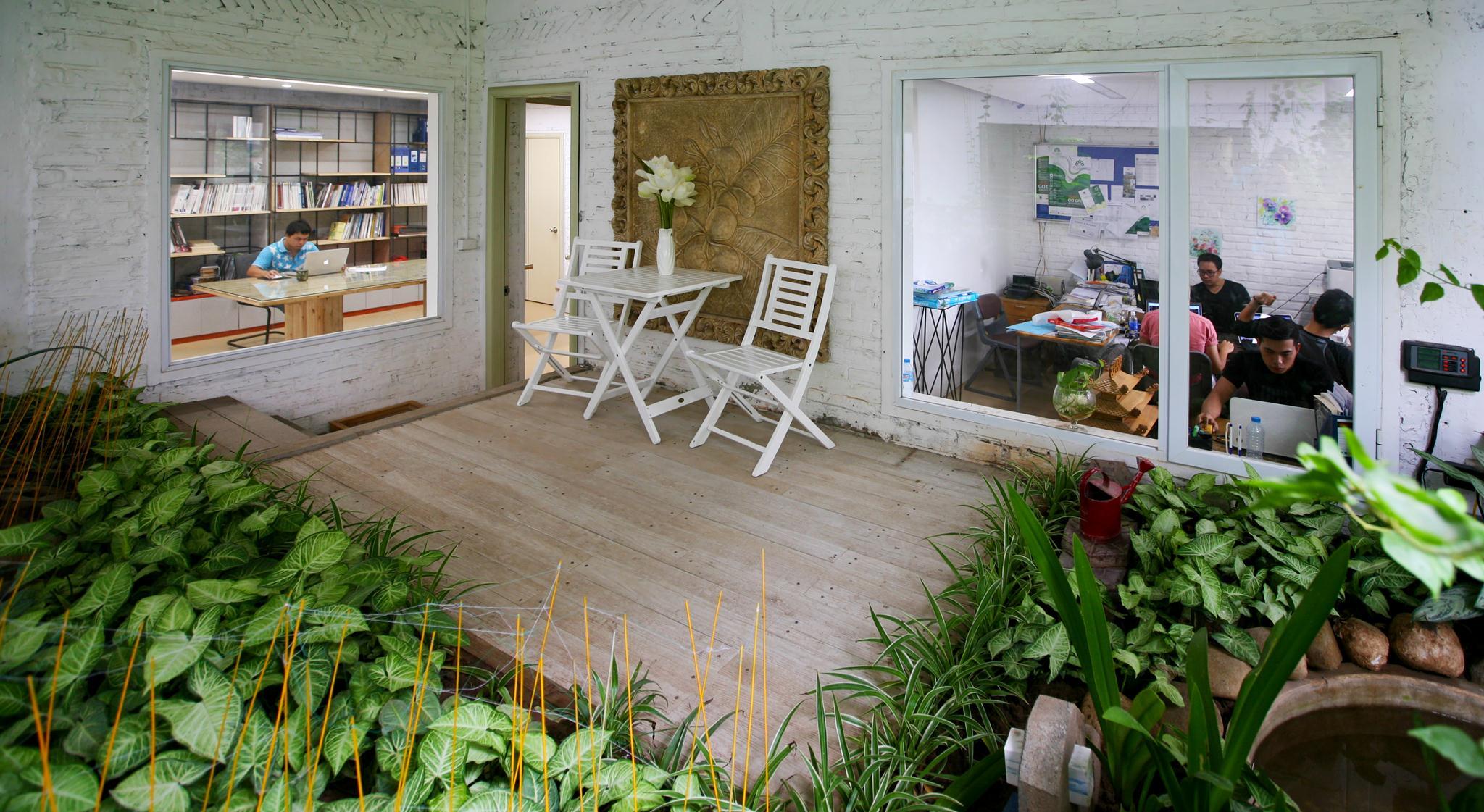 Phòng làm việc được thiết kế các cửa sổ kính, hướng góc nhìn ra vườn cây xanh phía Nam. Ảnh © Vũ Xuân Sơn