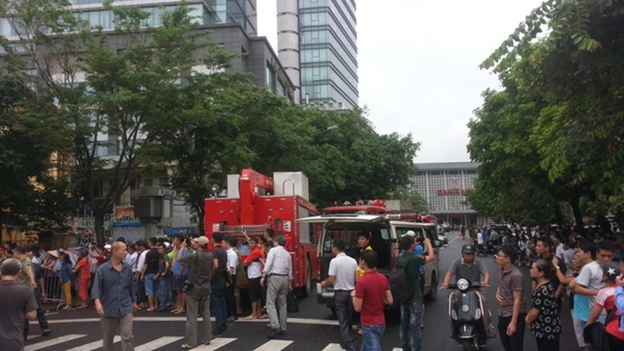 13h20, tòa nhà bị đổ sập hoàn toàn, chưa rõ thương vong. 6 xe cứu hỏa cùng một số xe cứu thương đã được điều đến khu vực tòa nhà bị sập.