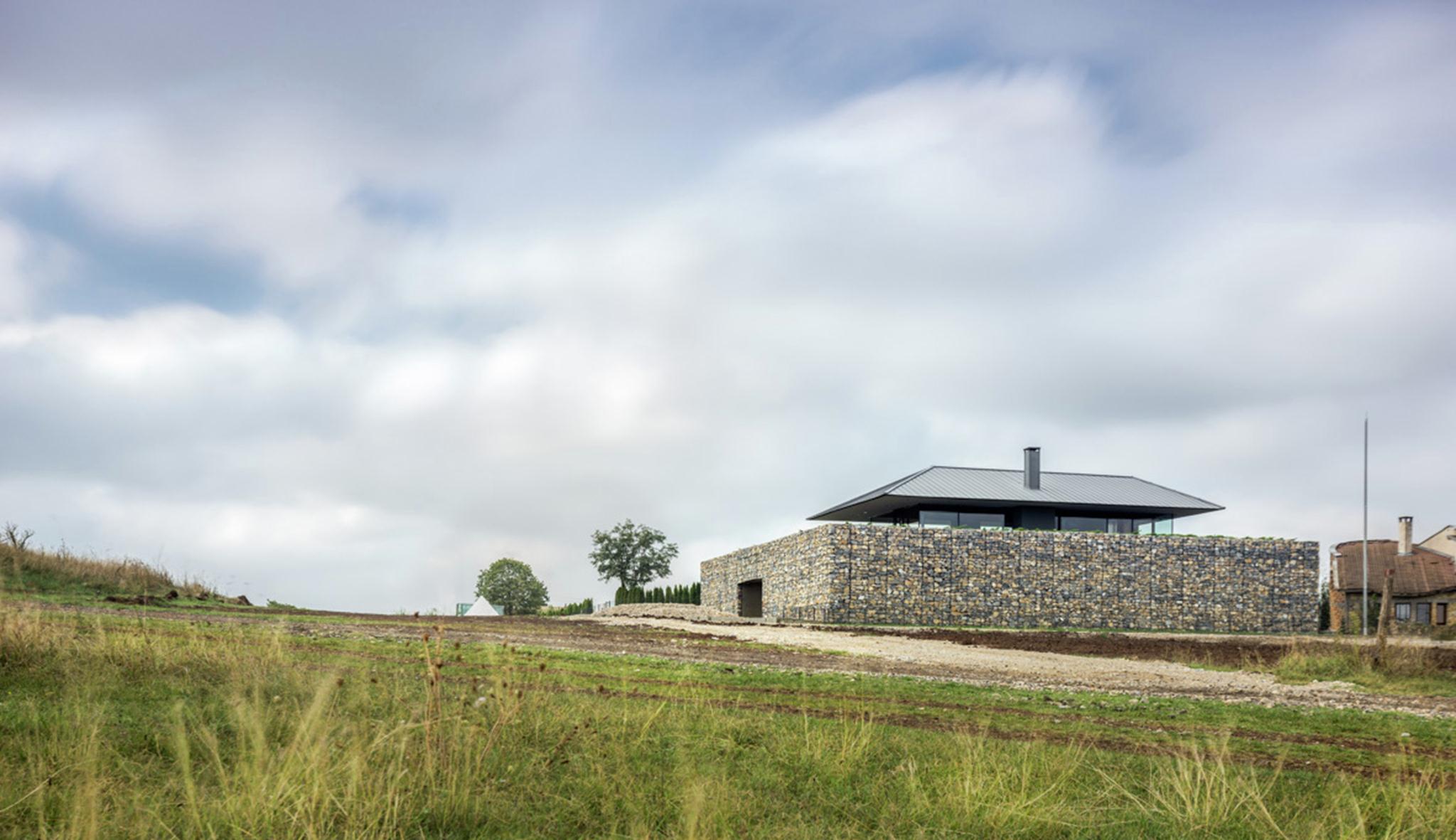 Ngôi biệt thự nằm trên một ngọn đồi ở góc cao của một ngôi làng giữa vùng nông nghiệp ở Sofia, Đông Bắc Bulgaria.