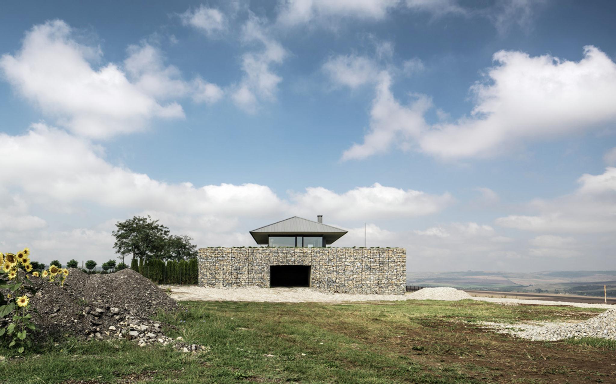 Đây là thiết kế của các kiến trúc sư Viara Jeliazkova, Georgi Katov, Stefan Apostolov người Bulgaria.