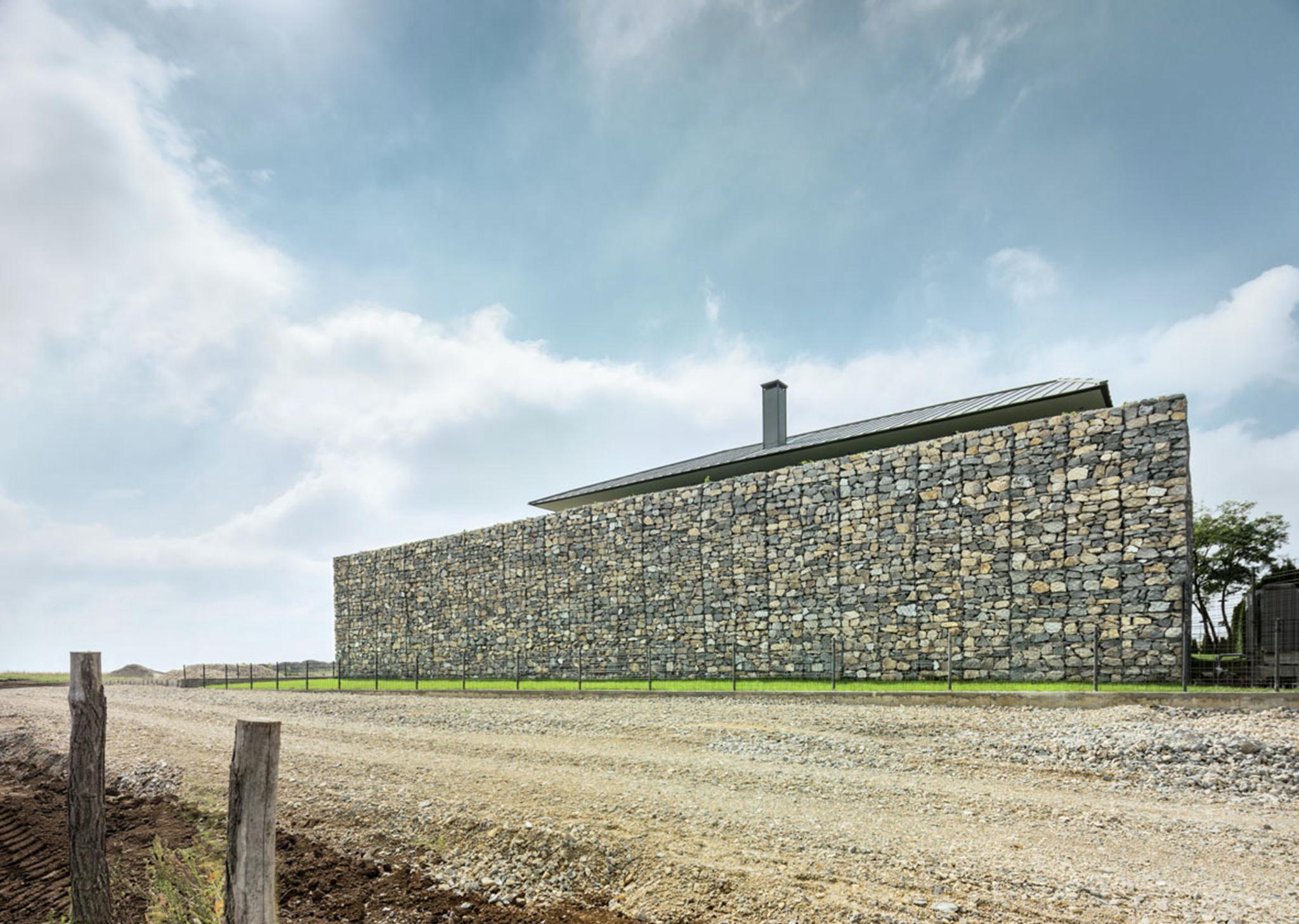Những bức tường được xây dựng bằng đá sẽ tạo ra sự cổ kính cho ngôi biệt thự.