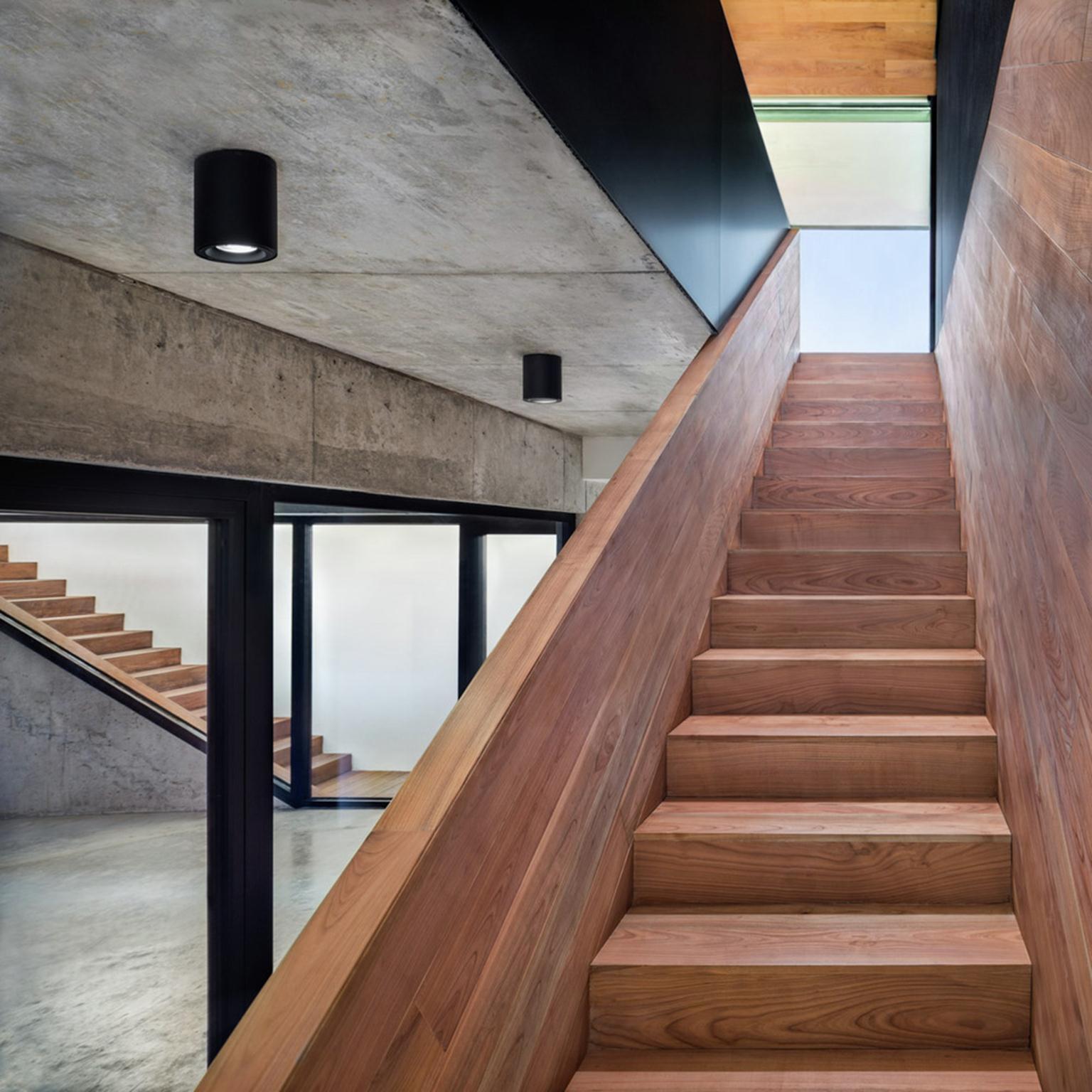 Cầu thang gỗ là điểm nhấn đặc biệt cho ngôi nhà.