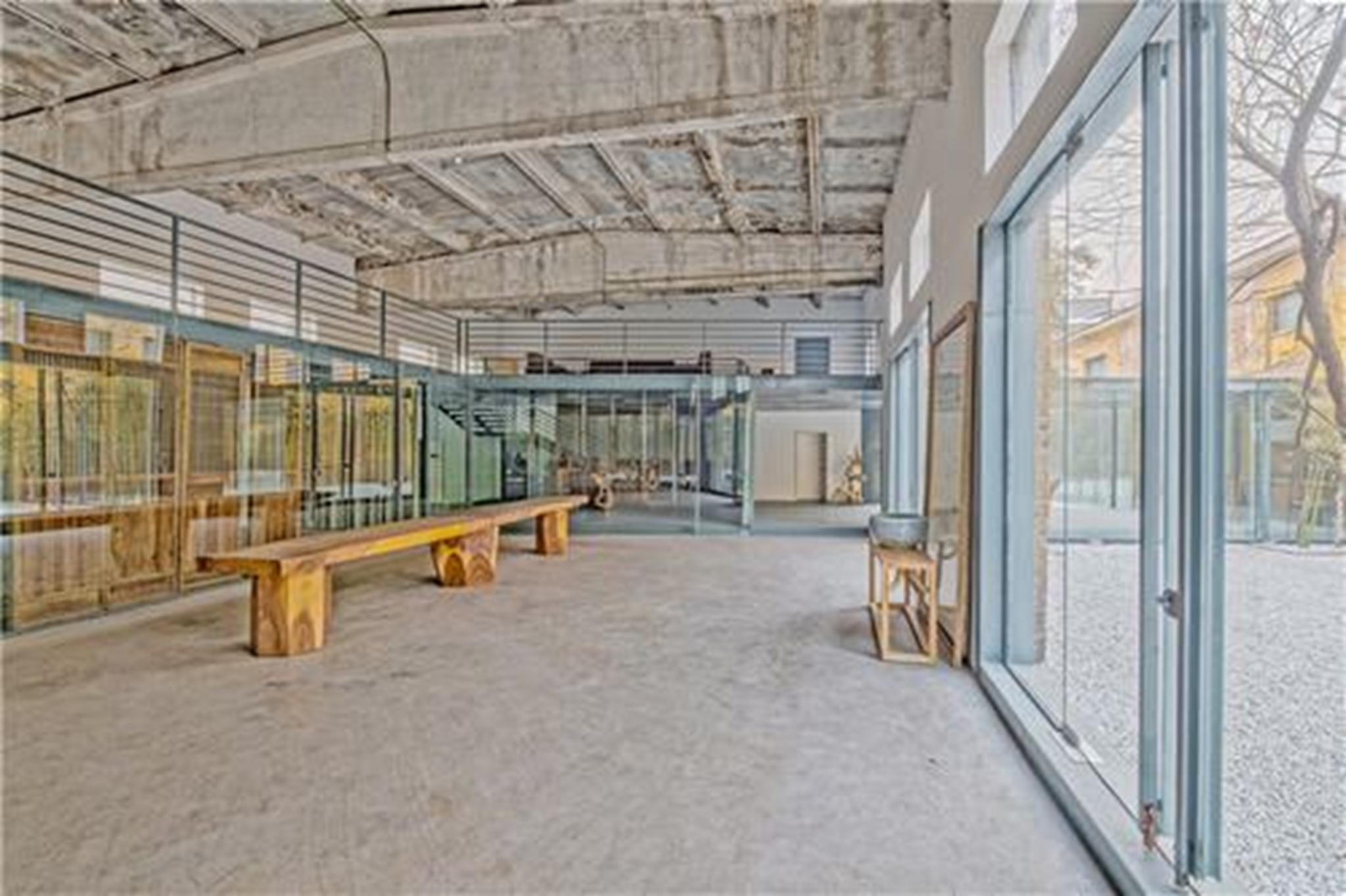 Hành lang được thiết lập bằng những tấm kính cong phục vụ như là một khu vực truyền thông đa chức năng