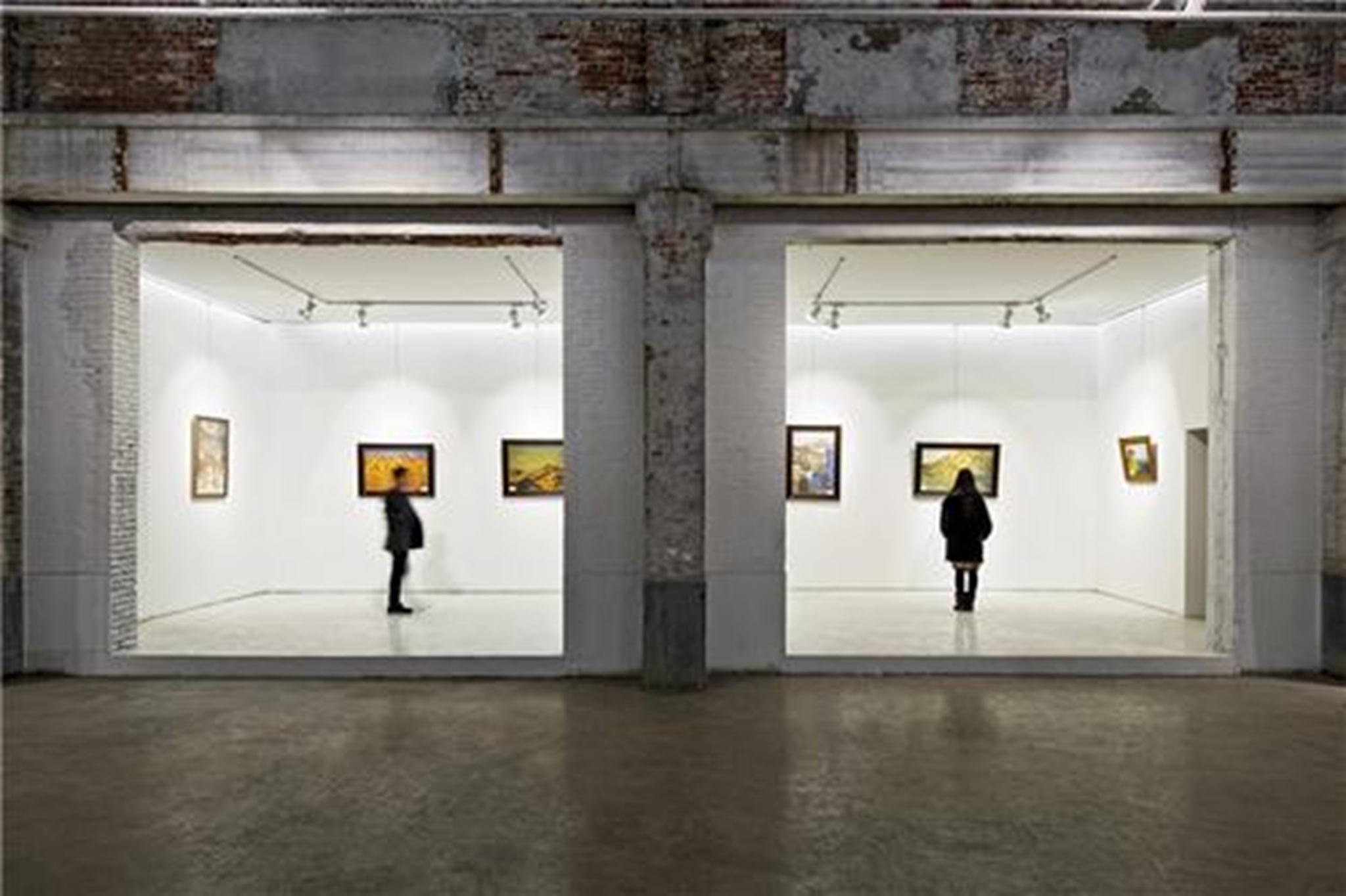 Ánh sáng hiển thị trên những bức tường hiện đại tương phản với cấu trúc cũ của nhà máy