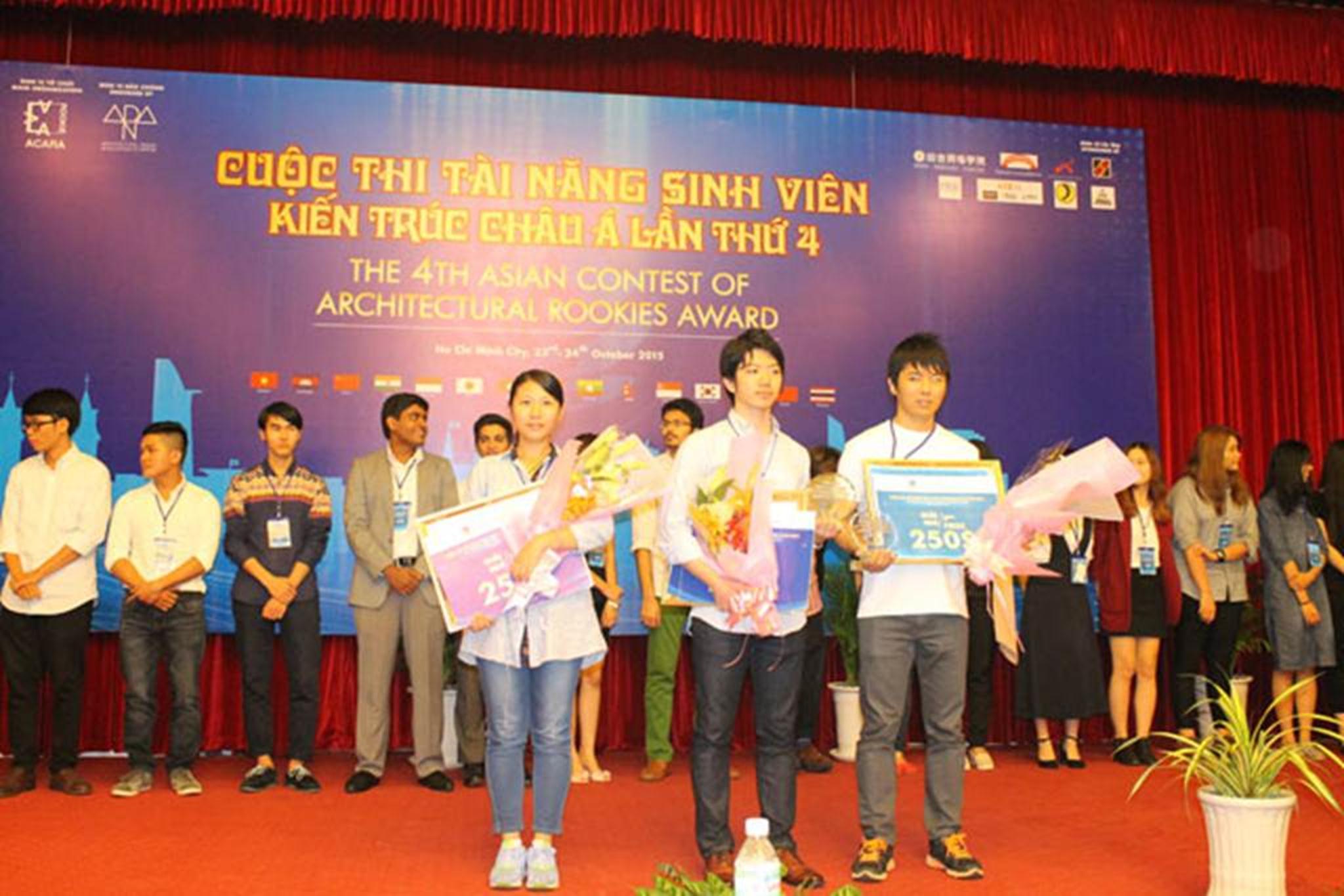 Top 3 sinh viên đoạt giải cao nhất (Yulan Lin ngoài cùng từ trái qua, Takaki chính giữa, Keijiro Kinoshita ngoài cùng từ phải sang
