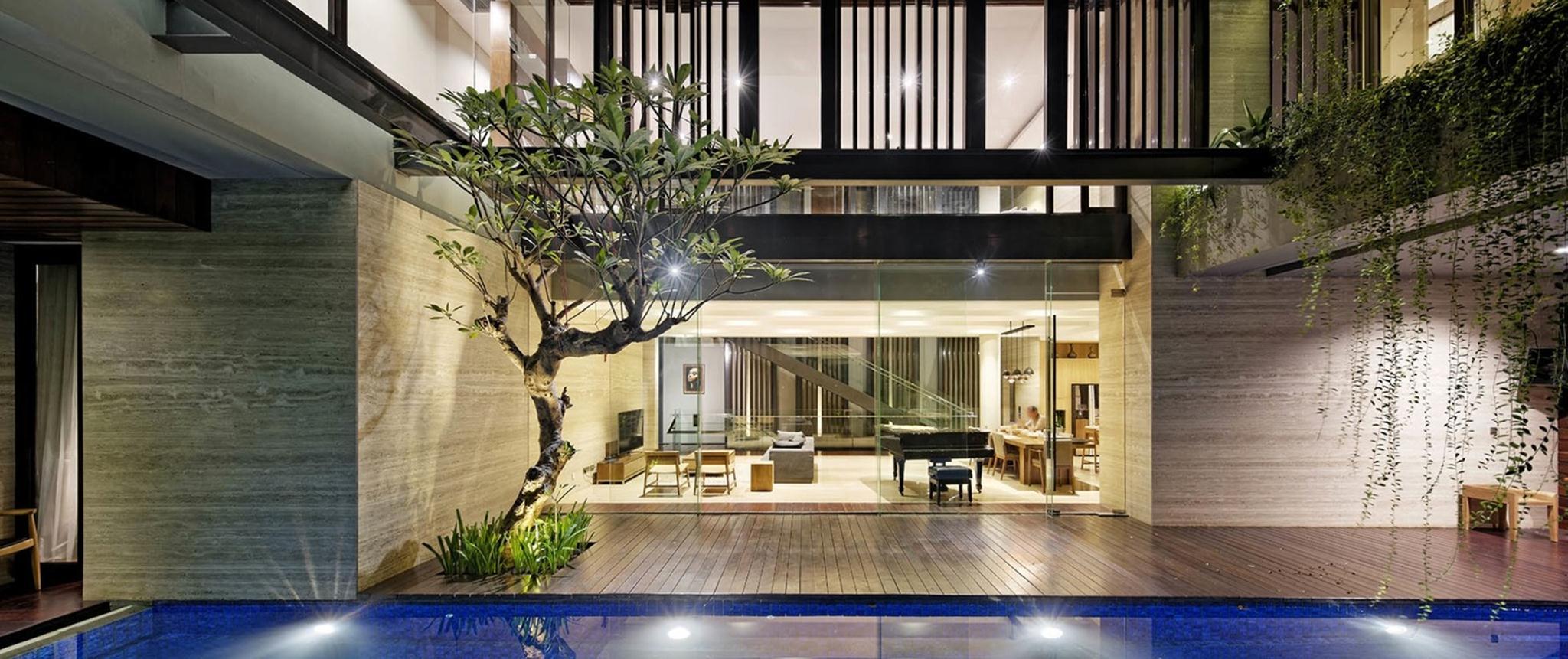 Các khung kính được thiết kế bằng gỗ và kim loại có hoa văn nổi tạo nên sự độc đáo cho ngôi nhà.