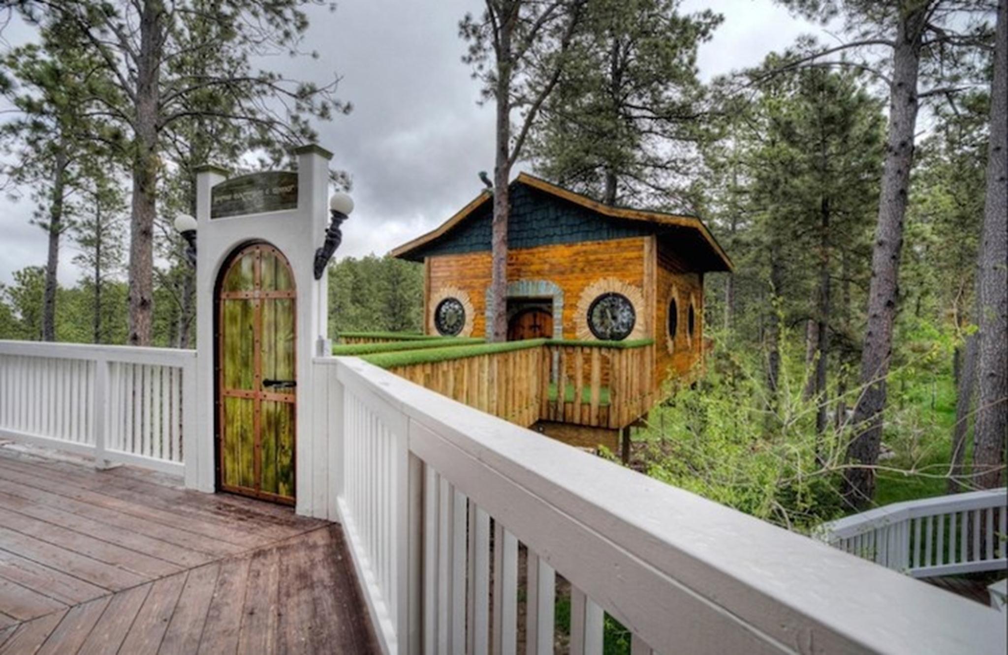 Ngôi nhà Hobbit được sở hữu bởi Gordon Mack, ông đã sáng tạo ngôi nhà dựa trên cảm hứng từ các bộ phim Rings.
